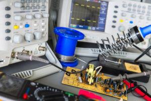 EMV-Entstörung mit Messgeräten und Lötkolben